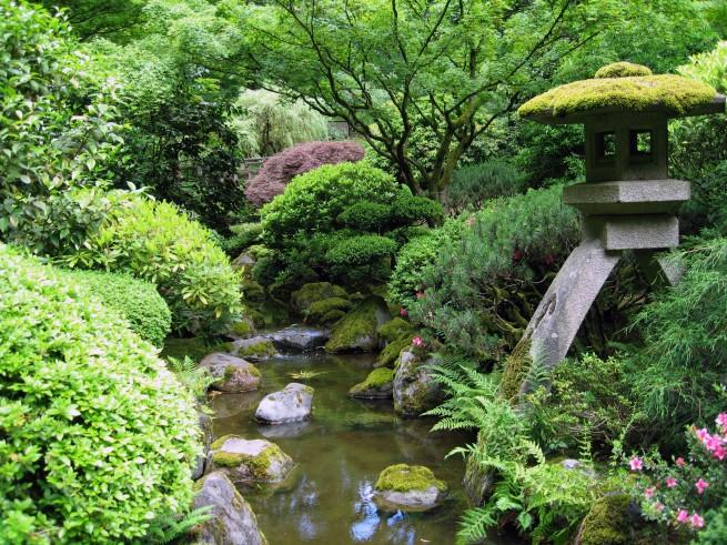 A japánkertbéli kőlámpás az emberi jelenlétet szimbolizálja.