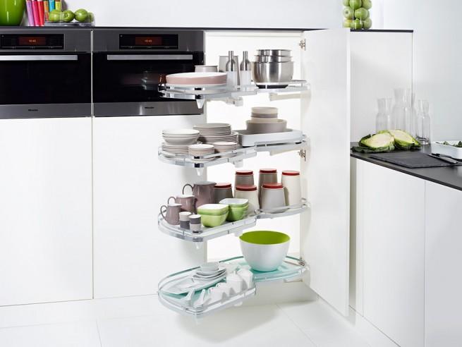 A kihúzható, kiforgatható polcok segítenek a profi konyhai tárolásban