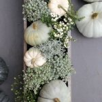 A hófehér tököket egyszerűen pakoljuk fel egy hosszú fém vagy fa tálra, tegyünk köréjük, apró levelű ezüst és hamvaszöld növénykéket, fehér bogyós- és nagyon kevés, szintén apró levelű élénkzöld ágakat...
