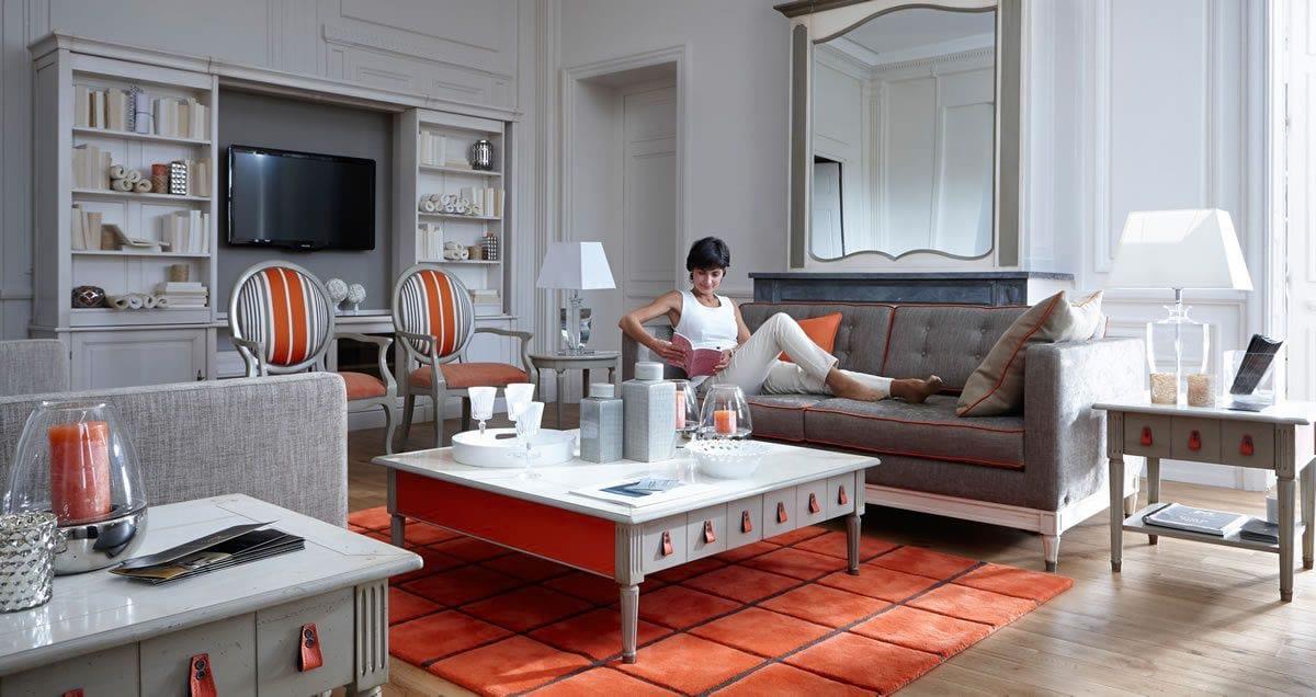 Variációk egy témára: a szürkére festett Jacobs asztalokat narancsvörös bőr húzófülek és teliben narancsvörösre festett oldallapok teszik könnyeddé és fiatalossá. Az alapárba, mint minden más GRANGE kollekcióba, 3 alapszín tartozik. A képen a 3 szín: a szürke, a narancs és a feltehetőleg natúr pácolású fiókbelsők.